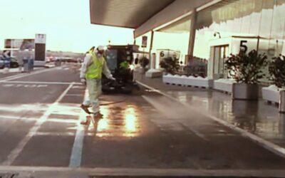 Le operazioni di sanificazione dell'aeroporto di Fiumicino a Roma